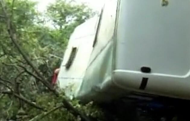В Грузии автобус сорвался в ущелье: 17 человек погибли