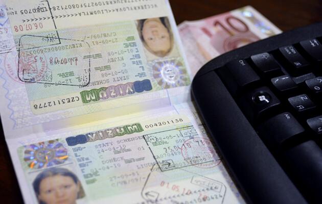 ЕС призвал Украину прекратить выдавать два загранпаспорта