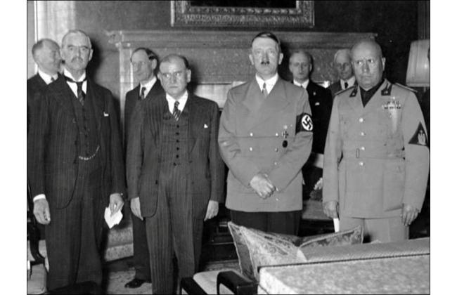 Подписание Мюнхенского соглашения. В первом ряду (слева направо): Н.Чемберлен, Э.Даладье, А.Гитлер и Б.Муссолини. 30 сентября 1939 г.