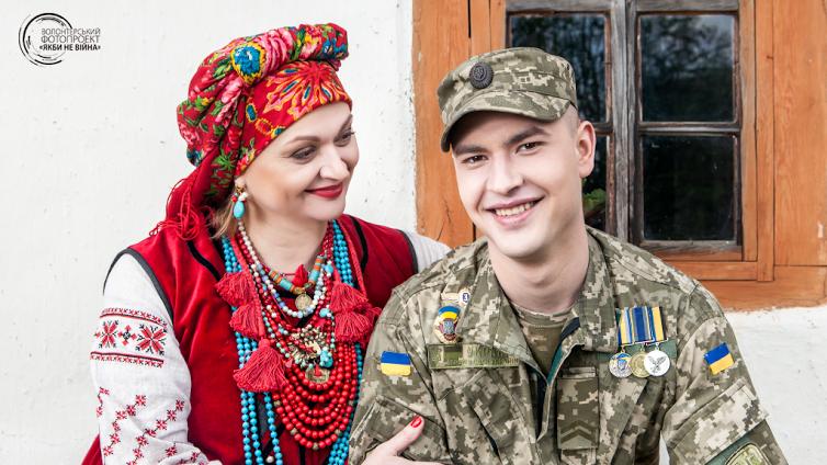 Елена Катеруша и ее сын Александр Катеруша (был ранен 5 августа 2014 года в Амвросиевском районе Донецкой области)