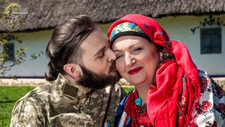 Тамара Платмир и ее сын Ярослав Платмир (был ранен 30 января 2015 года возле донецкого аэропорта)