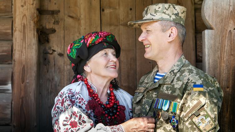 Любовь Харив и ее сын Василий Харив (ранен 17 мая 2015 года в Станице Луганской)