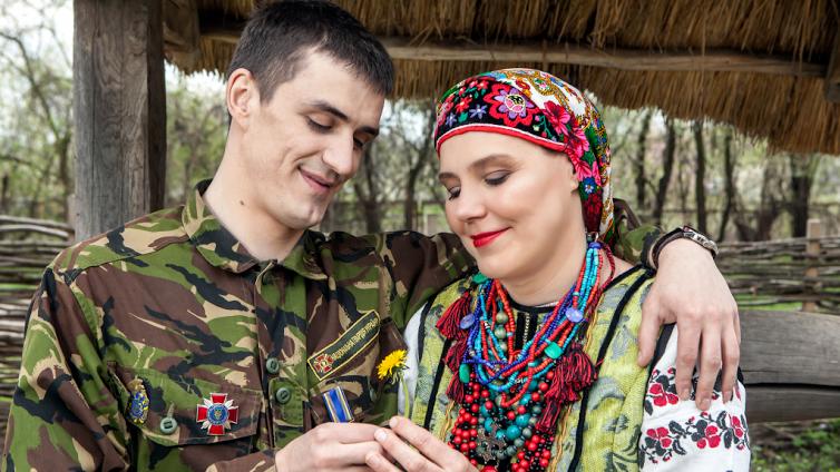 Ульяна Винярская и ее сын Владимир Винярский (ранен 9 июня 2014 года под Старобельском)