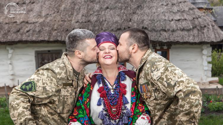 Светлана Кондрашова и ее сыновья Алексей и Андрей Кондрашовы. Алексей был ранен 29 августа 2014 на выходе из Иловайска, 2 дня провел в плену. Андрей тогда же попал в плен, провел там 20 дней