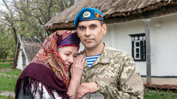 Надежда Семчишина и ее сын Данил Семчишин (ранен 26 июня 2015 года возле Артемовска)