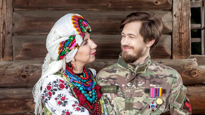 Ираида Марченко и ее сын Александр Марченко, военный капеллан, ранен 6 ноября 2014 года в донецком аэропорту