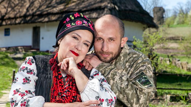 Ольга Зибина и ее сын Евгений Зибин (был ранен 17 февраля 2015 года при выходе из Дебальцево)